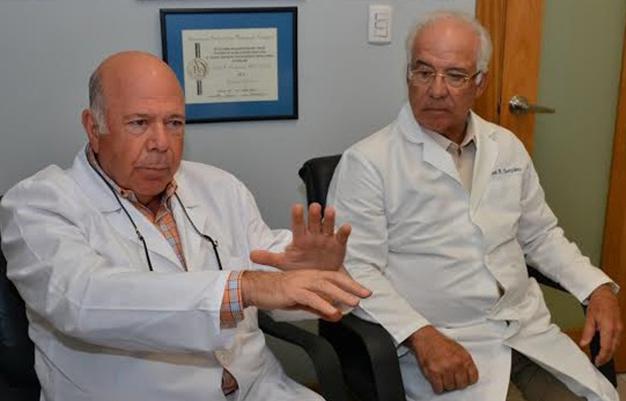 Protesis-colocadas codo y la muñeca reemplazo articular paciente artritis